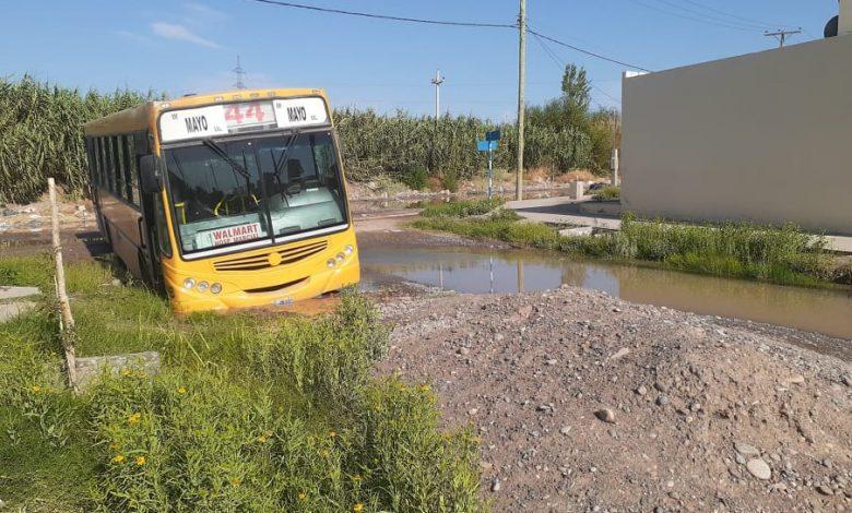 Photo of Vecinos reclaman por rotura de caño y otros agradecen el restablecimiento del servicio