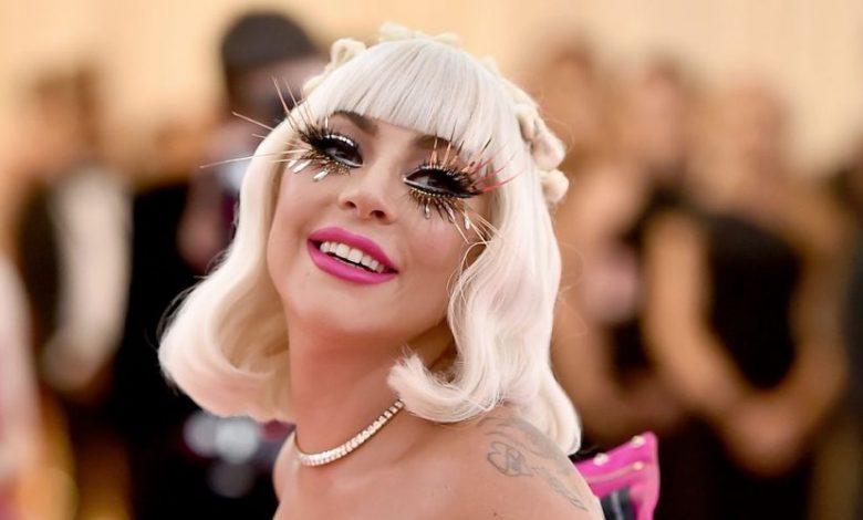 Photo of Lady Gaga, a los besos con un desconocido en Año Nuevo