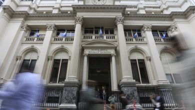 Photo of El Banco Central evalúa reabrir el clearing bancario para que las empresas puedan pagar sueldos