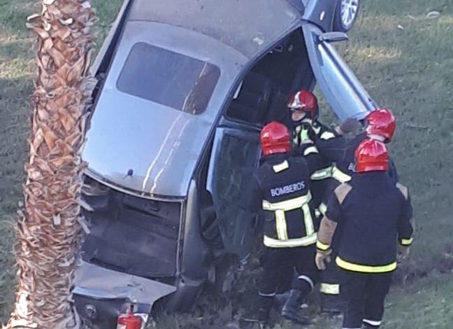 Photo of Domingo accidentado: auto salió de la ruta e impactó contra una palmera