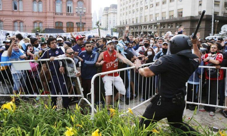 Photo of Incidentes y detenidos en avenida 9 de julio con gente que quedó sin entrar al velatorio de Maradona