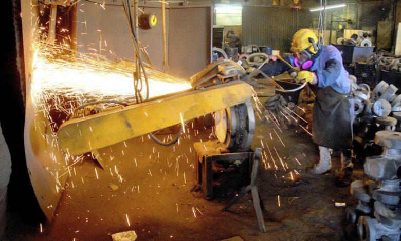 Photo of La producción industrial cayó 9,9% entre enero y octubre, según el INDEC